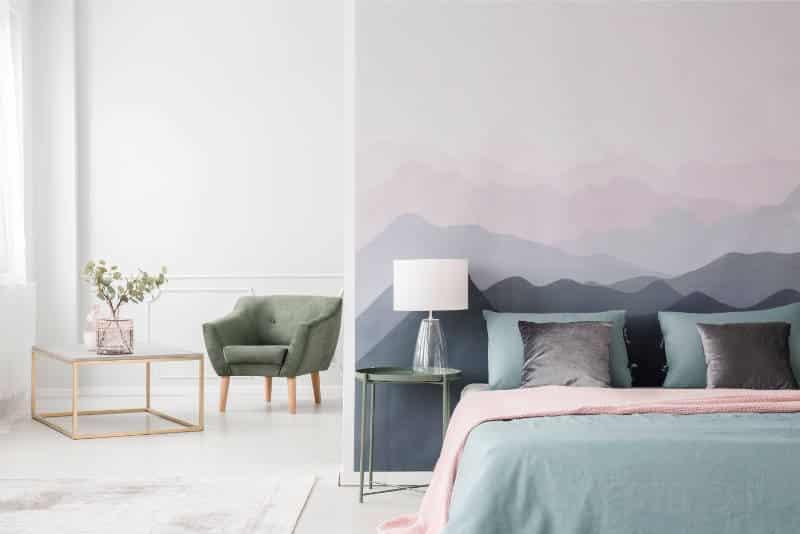quarto com parede destacada com desenho de montanhas - As cores pantone do ano para 2020 foram anunciadas acidentalmente?