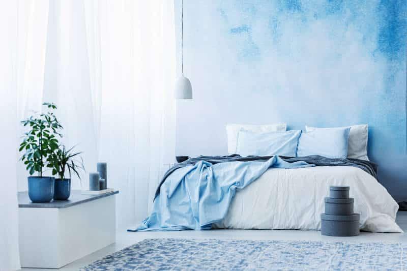 quarto de casal com parede azul claro - As cores pantone do ano para 2020 foram anunciadas acidentalmente?