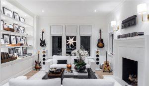 sala branca com decoração instrumental 300x173 - 4 dicas para dar personalidade em sua casa