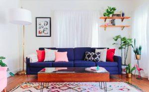 sala branca com sofá azul e almofadas coloridas 300x185 - 4 dicas para dar personalidade em sua casa