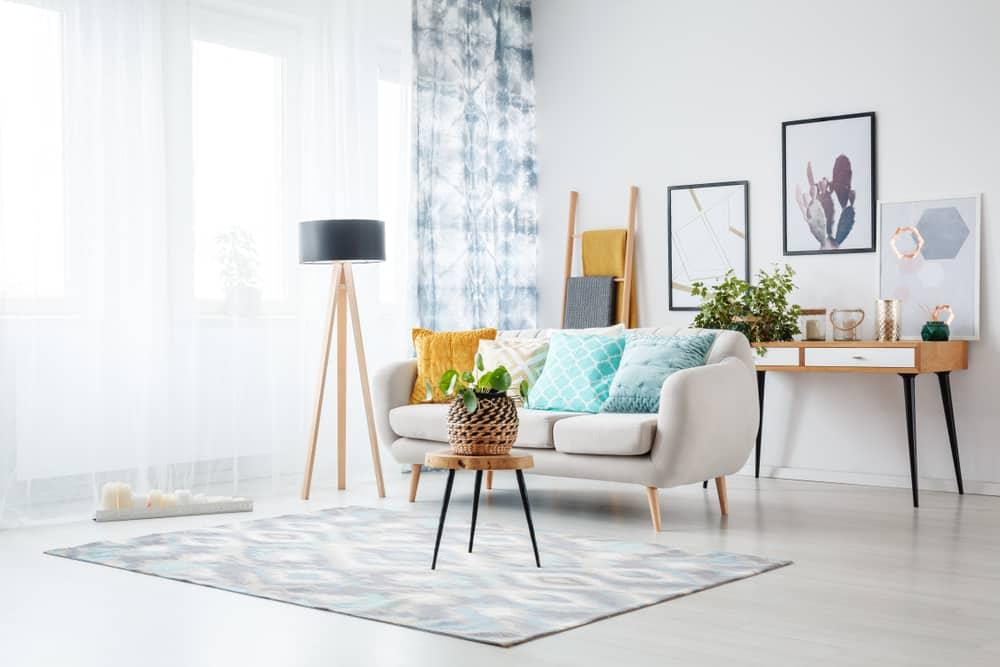 Sala com mesa de sofá.