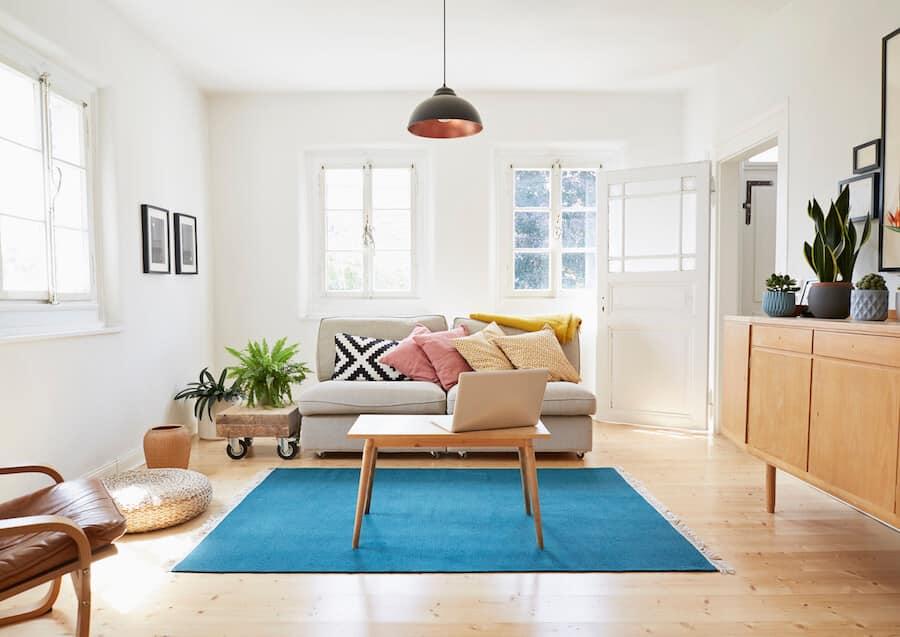 Sala com tapete azul no centro.