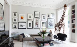 sala com uma girafa 300x184 - 4 dicas para dar personalidade em sua casa