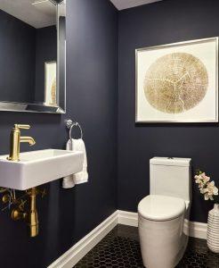 banheiro com pia branca e torneira dourada 246x300 - Cores escuras em pequenos espaços? Sim você pode! (Veja como)