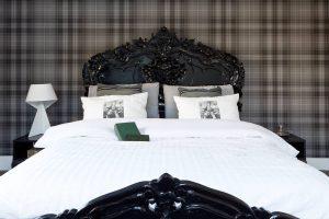 cama preta com parede de papel xadrez 300x200 - Cores escuras em pequenos espaços? Sim você pode! (Veja como)