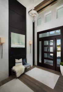 entrada com piso de madeira e porta na cor tabaco 206x300 - Cores escuras em pequenos espaços? Sim você pode! (Veja como)