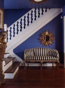 escada branca com sofá listrado 221x300 - Cores escuras em pequenos espaços? Sim você pode! (Veja como)