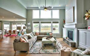 Sala de estar com duas janelas grandes na cor branca.