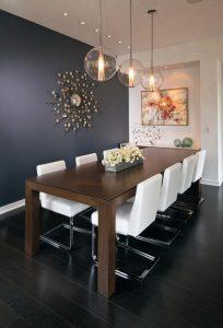 sala de jantar com mesa de madeira e cadeiras brancas 204x300 - Cores escuras em pequenos espaços? Sim você pode! (Veja como)