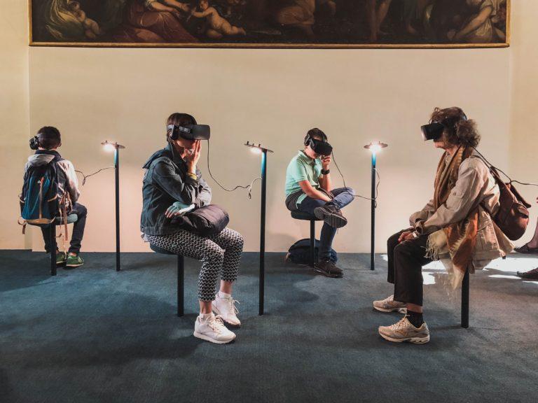 pessoas usando óculos virtual - 9 maneiras de usar realidade aumentada e virtual em seus eventos.