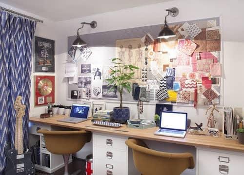 Mesa de escritório grande com duas cadeiras bege - Cuidados que devemos ter trabalhando de casa