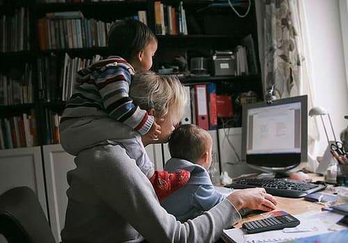 Mulher e duas crianças - Cuidados que devemos ter trabalhando de casa