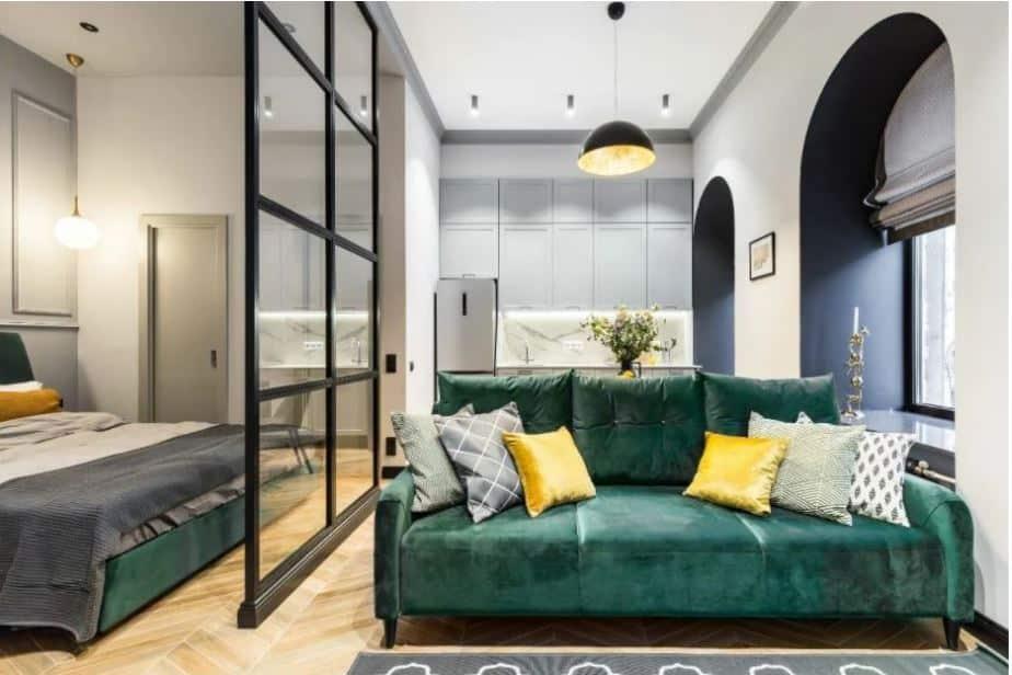 Ambiente com divisória de vidro com bordas escuras - Ideias de layout para apartamentos tipo Studio