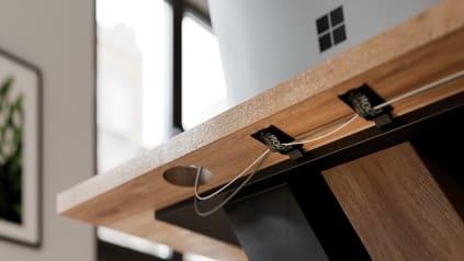Fios em baixo de uma mesa - Construa um escritório funcional em casa em 6 etapas fáceis. Confira!