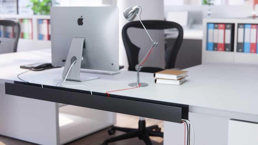 Mesa branca com um monitor em cima - Construa um escritório funcional em casa em 6 etapas fáceis. Confira!