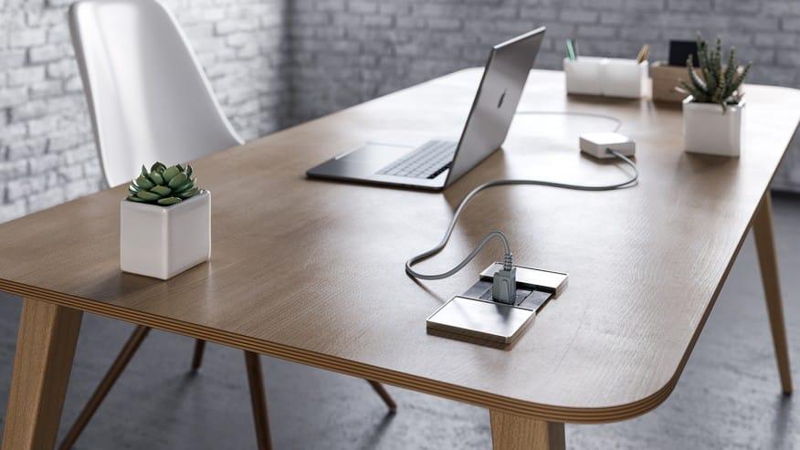 Mesa de madeira com um notebook em cima - Construa um escritório funcional em casa em 6 etapas fáceis. Confira!