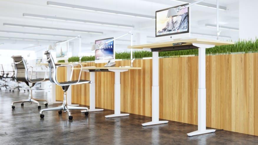 Várias mesas pequenas com monitores em cima - Construa um escritório funcional em casa em 6 etapas fáceis. Confira!