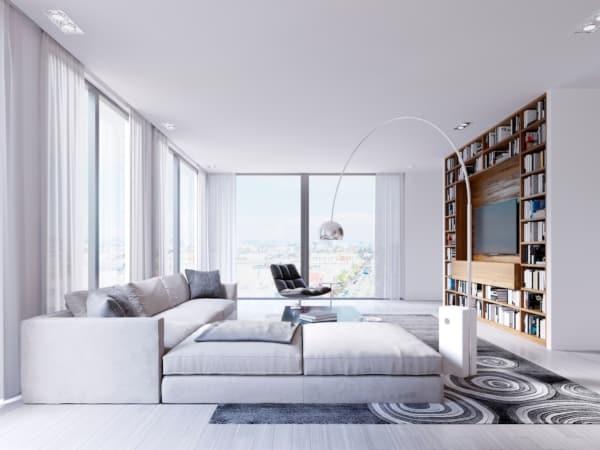 Sala de estar ampla toda branca com estante de madeira - Como projetar uma sala de estar multiuso