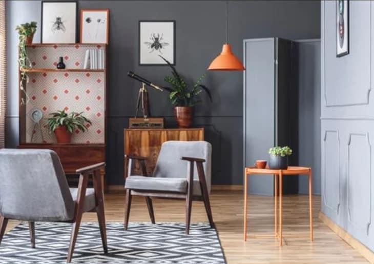 Sala de estar com duas poltronas cinzas - Como projetar uma sala de estar multiuso