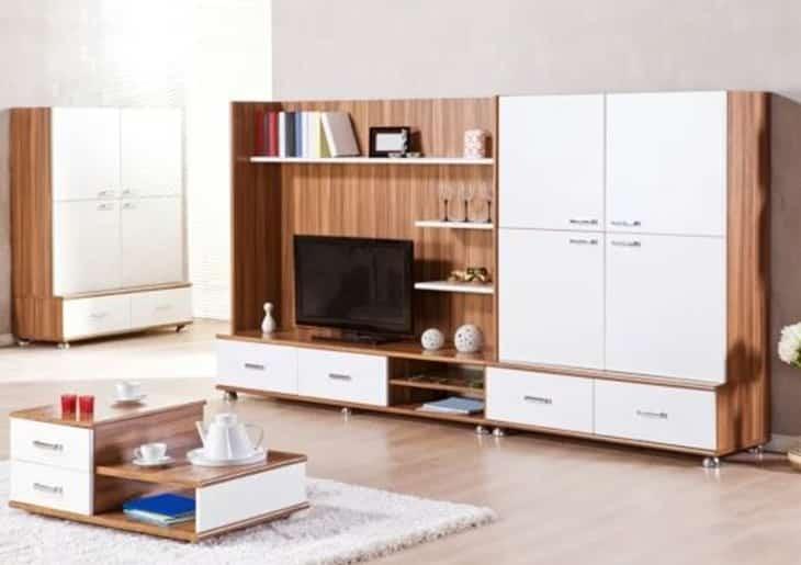 Sala de estar com estante de madeira e gavetas brancas - Como projetar uma sala de estar multiuso