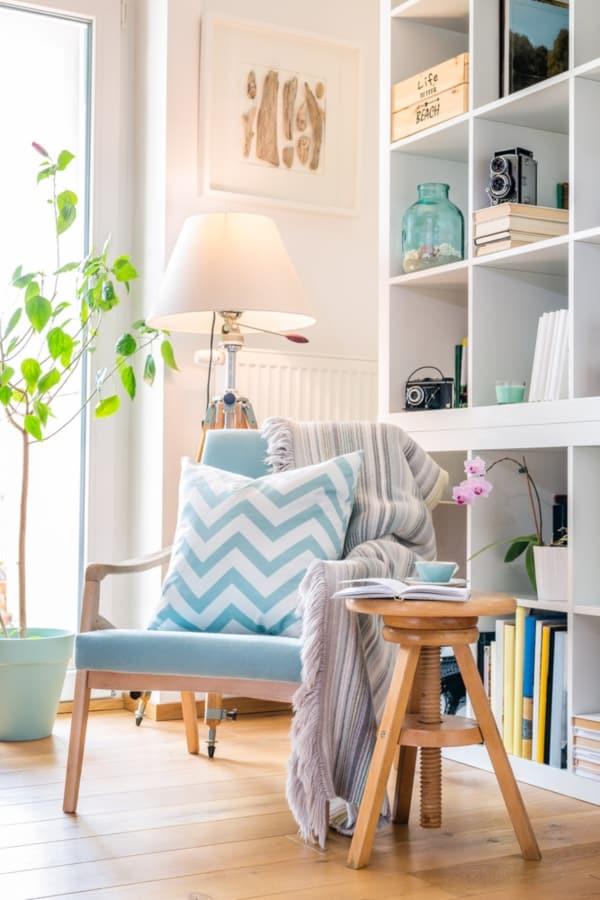 sala de estar com estante branca para livros - Como projetar uma sala de estar multiuso