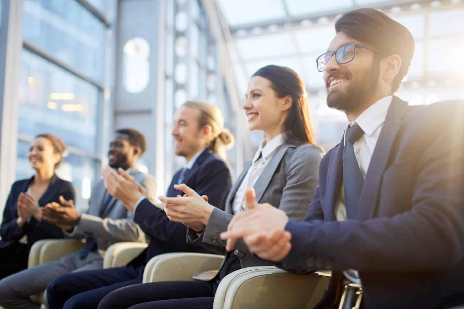 pessoas em reunião de apresentação - Arquiteto: promova de maneira inteligente seus serviços com a visualização 3D