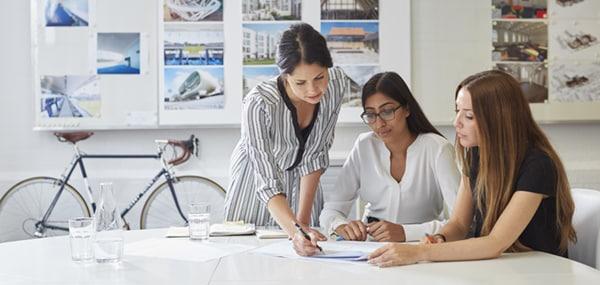 Sala com três mulheres - Como impressionar um potencial empregador com seu primeiro portfólio de arquitetura?